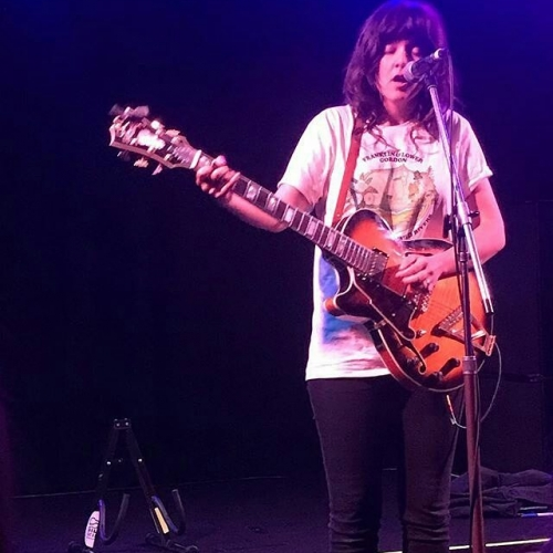 C Barnett herself, doing it for the bees on Saturday arvo! 😍🐝 #Repost @jayne.darcy ・ ・ ・ Best Saturday arvo ever? @courtneymelba playing a gig at the @northcotesocialclub for the @friendsofmerricreek so many of my favourite things in one go... #lucky #loveit #secretgig #courtneybarnett #northcotesocialclub #bluebandedbee