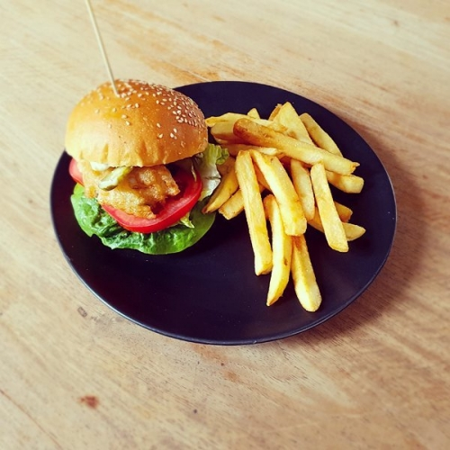 Get a burger in your belly this week and stop by the pub for lunch! From 12-3pm Tuesday to Friday our $15 lunch + drink special will curb any sort of 3:30itis you might be prone to.  Check out this week's menu here: http://ow.ly/WH1K3090XjK  #food #burgers #melbournefood #melbournepubs